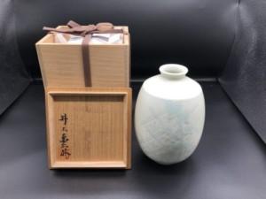 井上萬二 白磁緑彫文花瓶